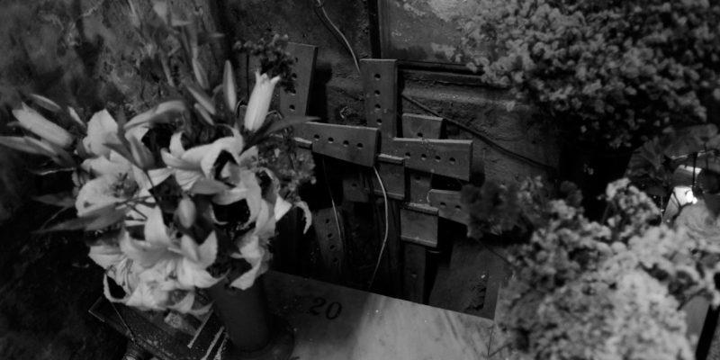 fiori e croci alle fosse